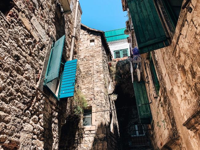 Straatje met oude huizen in Split